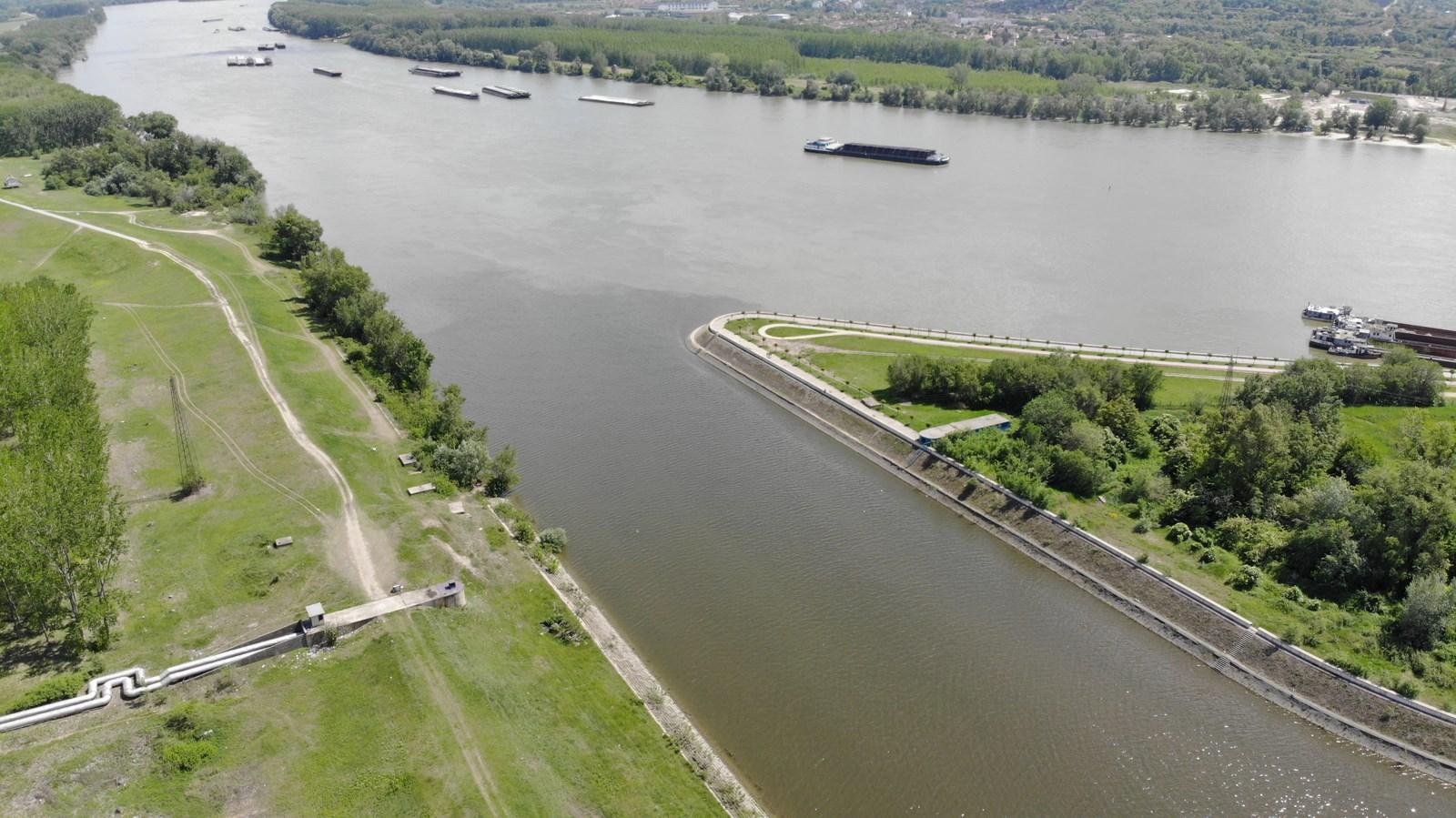 Drone φωτογραφία πυροβολισμός ουρανού έργου «Σκιά στον αγκώνα», γέφυρα πάνω από τον ποταμό Δούναβη Νόβι Σαντ